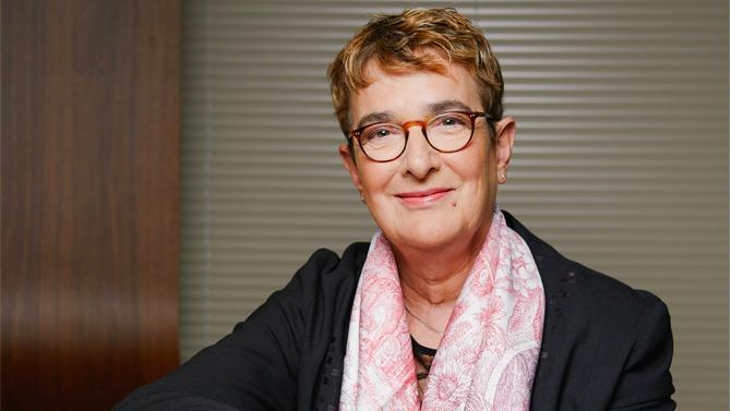 Même lorsque les effectifs sont en majorité féminins, la question de l'égalité hommes-femmes se pose. Elle implique de faire face au fameux plafond de verre et à l'autocensure. Anne Broches, DRH de l'enseigne Lidl, évoque la façon dont le groupe aborde le sujet.
