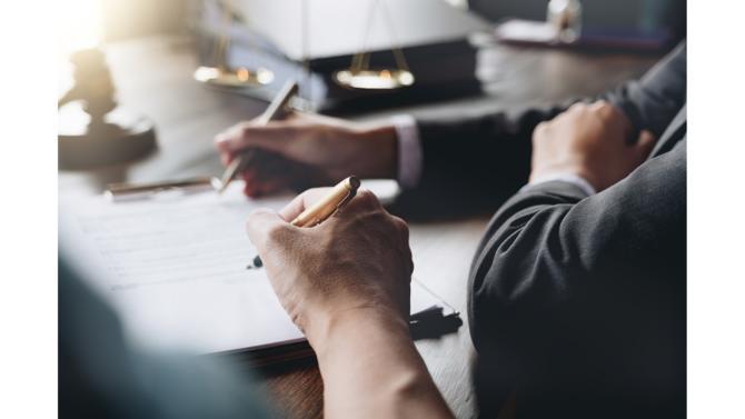 Le droit du travail rassemble la totalité des normes juridiques applicables entre employeurs et employés. Les règles énoncées concernent les obligations de chaque partie durant l'exécution du contrat de travail et en cas de rupture de contrat.