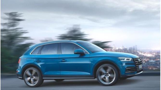 Vendu jusqu'ici à 94% en version diesel, l'Audi Q5 fait sa mue. En effet, ce modèle est désormais proposé avec moteur à essence associé à la technologie hybride rechargeable. S'il conserve sa qualité première que constitue sa parfaite homogénéité, ce SUV gagne aussi en puissance et en performance.