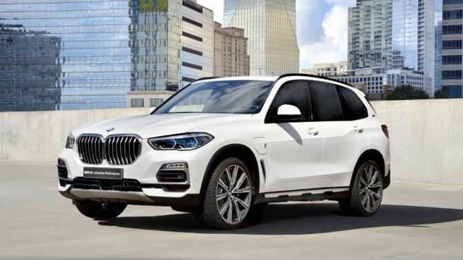 Le BMW X5 revient sur le marché avec, lui aussi, une nouvelle version hybride rechargeable. Plus puissant et doté d'une batterie de 24 kWh de capacité, ce grand SUV dispose de 87 km d'autonomie électrique. Un record.