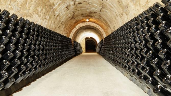 Depuis plus de deux siècles, la maison Henriot cultive sa passion de la vigne et sa fierté du produit. Plus soucieuse de qualité que de volumes, elle assemble dans le respect de la tradition familiale des vins faits de rigueur et de temps long.