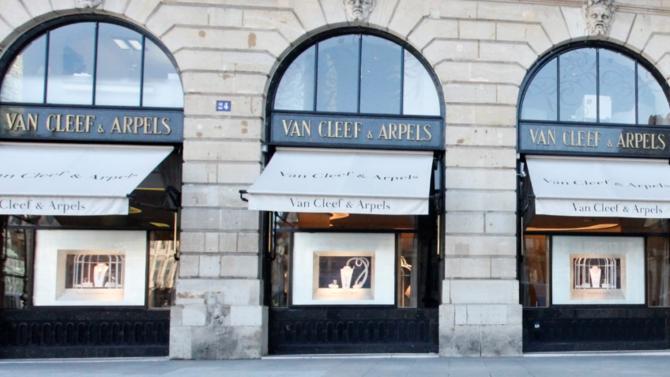 La marque parisienne s'illustre depuis 1906 par un savoir-faire exceptionnel que la nature, la danse, les oiseaux et l'imaginaire féérique des contes ne cessent d'inspirer.