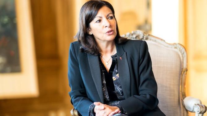 Globalement impopulaire, la maire de Paris fait pourtant figure de favorite à sa réélection. Un caractère pugnace et une opposition morcelée y sont pour beaucoup.