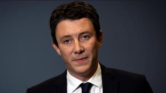 Empêtré depuis hier après-midi dans une affaire de vidéos à caractère sexuel, le candidat LREM à la mairie de Paris a choisi de se retirer de la course à l'élection municipale parisienne. Son successeur n'est pas connu.