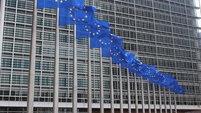 La Commission européenne soumet un projet de cadre temporaire afin de soutenir l'économie dans le contexte de l'épidémie de Covid-19. Les pays pourraient mettre en place des régimes de subventions directes allant jusqu'à 500 000 euros par entreprise.