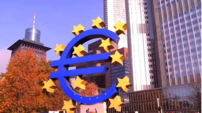 En pleine crise du coronavirus, la banque centrale européenne estime que le montant des prêts supplémentaires que les banques européennes pourront accorder avoisine les 1 800 milliards de dollars. Un chiffre colossal rendu possible par l'assouplissement des exigences de fonds propres applicable aux établissements bancaires.