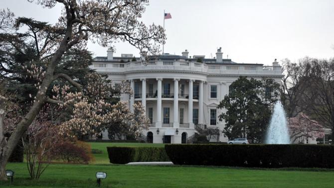 """L'administration américaine et les sénateurs ont trouvé cette nuit un terrain d'entente. Le plan répond à """"quatre priorités"""" et prévoit le versement direct de chèques aux ménages de la classe moyenne."""