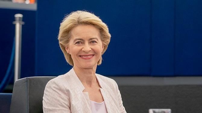 """Dans un discours au Parlement européen, la présidente de la Commission se félicite de la solidarité retrouvée ces derniers jours. """"L'Histoire nous regarde"""", a-t-elle averti."""