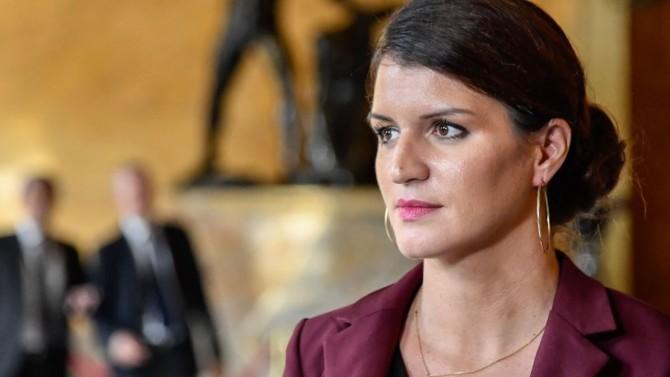 La secrétaire d'État à l'Égalité entre les femmes et les hommes, Marlène Schiappa, met en place des points d'accompagnement des personnes victimes de violences familiales dans les centres commerciaux de France.