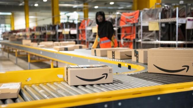 Amazon pensait surfer sur la vague de la crise sanitaire. Mais en décidant de maintenir son service de livraison dans des conditions sanitaires jugées insuffisantes, le géant américain du e-commerce se retrouve aujourd'hui au centre de la polémique et enregistre un recul du nombre de commandes.