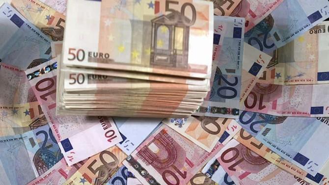 Si les prêts bancaires garantis par le gouvernement français semblent être un mécanisme qui fonctionne, leurs débuts aux États-Unis et au Royaume-Uni se révèlent plus laborieux. Étude des différents systèmes.