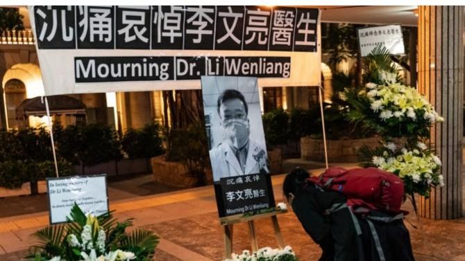 Accusé de répandre des fausses rumeurs, arrêté et contraint de revenir sur ses déclarations, le docteur Li Wenliang fut le premier, fin 2019, à donner l'alerte sur l'épidémie du Coronavirus. Le 7 février, le lanceur d'alerte succombait au virus dont il avait prédit la dangerosité et Pékin s'empressait d'organiser sa réhabilitation…