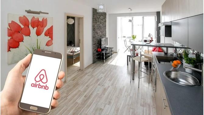 Alors que la plateforme d'hébergement en ligne préparait son introduction en bourse, le secteur du tourisme se retrouve frappé de plein fouet par les mesures de confinement mises en place dans les pays les plus touchés par le Covid-19. Pour supporter cette crise, Airbnb lève 1 milliard de dollars. L'IPO semble remise en cause.