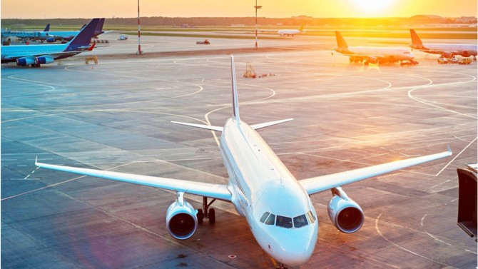 Les restrictions du trafic aérien liées à la pandémie ont plongé le secteur dans la plus grave crise de son histoire. Les compagnies aériennes pourraient engranger deux fois moins de recettes qu'en 2019. Et un retour à la normale ne serait pas prévu avant l'année prochaine.