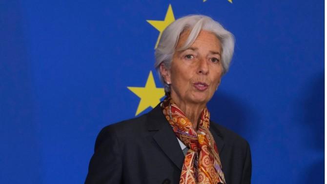 """Après une première salve de mesures passées quasi inaperçues, Christine Lagarde aura réussi à renverser la tendance en dégainant, avec son """" programme d'achat en période d'urgence pandémique"""", un outil sur mesure ; apte à rassurer banques et États, donc, à stabiliser l'économie, dans une période de turbulence sans précédent. Un coup de maître qui hisse la présidente de la BCE au rang d'acteur clé de la lutte contre la pandémie et ses effets dévastateurs en termes économiques et financiers."""