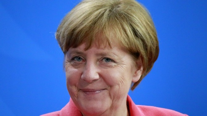 Elle a piloté son pays et l'Europe au travers de la crise financière de 2008, géré la crise de la dette de la zone Euro puis celle des réfugiés. On la disait épuisée, en recherche d'un nouvel avenir politique à l'orée de son dernier mandat en 2021, en perte de vitesse et en butte aux controverses internes pour trouver un successeur à la tête de la CDU. Pourtant, dès les premiers jours de la pandémie, Angela Merkel est revenue au centre du débat, confirmant son rôle prépondérant dans les décisions globales d'urgence qui reviennent aux instances européennes.