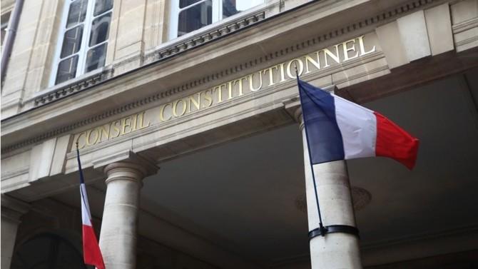 Si le texte a été déclaré conforme à la Constitution dans sa quasi-totalité, deux dispositions ont toutefois été censurées par le Conseil constitutionnel qui les a jugées trop attentatoires aux libertés individuelles.