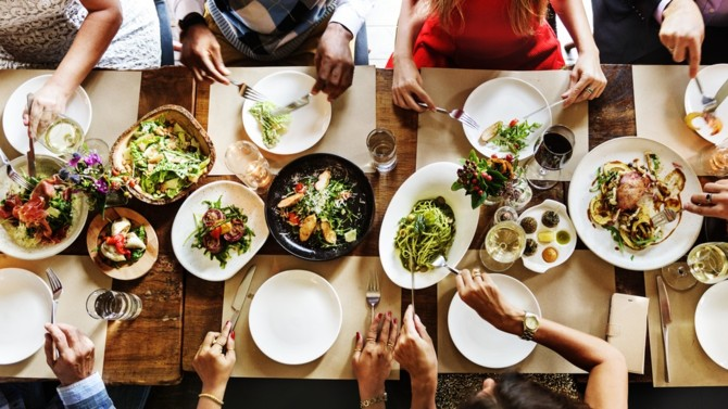La crise sanitaire change les habitudes alimentaires des Français. Mais il existe des différences importantes selon l'âge, la zone géographique mais aussi le clivage gauche-droite révèle l'Ifop.