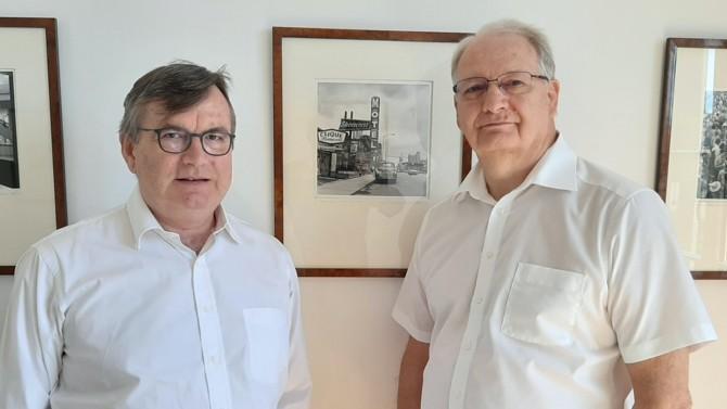 À Clermont-Ferrand, l'ancien directeur juridique de Limagrain Dominique Andrieux s'associe à celui qui a dirigé le cabinet Labonne et Associés, Dominique Adenot, pour fonder une boutique d'avocats spécialistes du droit des affaires et de la stratégie d'entreprise.