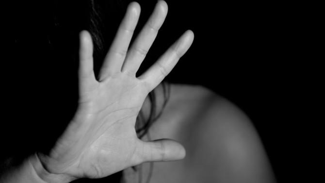 Par décret du 4 juin 2020, l'exécutif permet dorénavant aux personnes victimes de violences conjugales de débloquer leur épargne salariale à tout moment. L'objectif ? Leur offrir rapidement les moyens financiers de s'éloigner de leur agresseur.