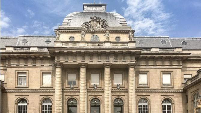 En pleine crise de la profession d'avocat, le Barreau de Paris vient de débloquer 15 millions d'euros pour venir au soutien des avocats en difficulté.
