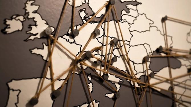 Le Parlement européen et les États membres réunis au Conseil de l'Europe se sont accordés sur la création d'une procédure d'action de groupe européenne. Ce moyen d'agir en justice, tout droit venu des États-Unis, deviendra bientôt concret sur le Vieux continent, qui veut depuis plusieurs années introduire un tel mécanisme sur ses terres.