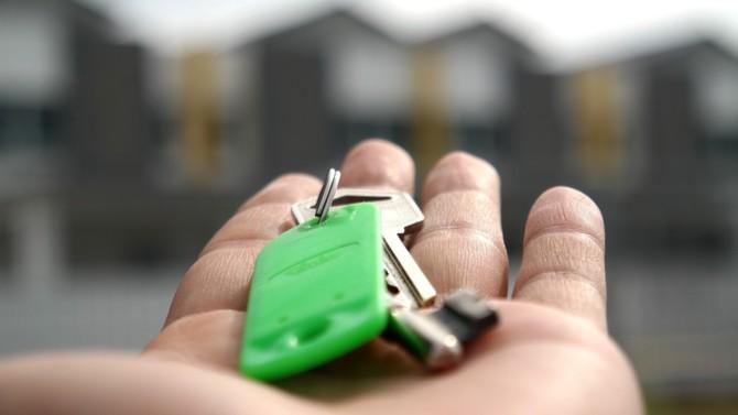 Le marché immobilier rebondit ces dernières semaines, tant en termes de volumes de transactions que d'évolution des prix selon les données de Meilleurs Agents. Malgré tout, la prudence s'impose pour le spécialiste de l'estimation immobilière en ligne. Explications.