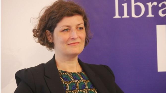 Déjouant les pronostics, la candidate écologiste a profité de la vague verte pour remporter la mairie de Strasbourg. Portrait d'une femme discrète mais à l'ascension politique fulgurante.