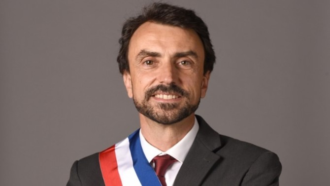 Vert, le nouveau maire de Lyon rejette le clivage gauche-droite, lie économie et écologie sans renoncer aux idéaux qu'il a toujours chevillés au corps. Portrait d'un humanitaire qui a les pieds sur terre.