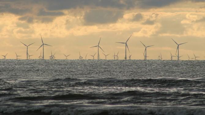 """La Commission européenne a ouvert une consultation publique portant sur le développement des énergies offshore. Objectif affiché : """"exploiter le potentiel d'énergie renouvelable offshore de l'Europe de manière durable et inclusive"""". Kadri Simson, président de la Commission européenne, envisage ainsi de multiplier par vingt ses capacités de production d'énergie offshore d'ici 2050. Coup de projecteur sur la situation européenne."""