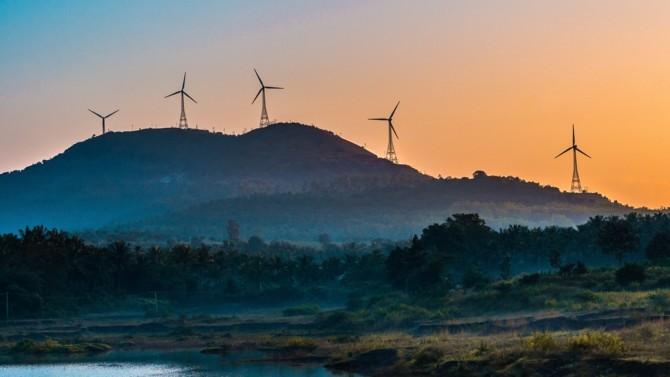 En 2014, treize grandes entreprises s'engagent à consommer uniquement de l'électricité renouvelable et créent le RE100. Aujourd'hui, l'initiative regroupe 240 entreprises. Les corporate PPA (power purchase agreements) ont pour ambition d'accélérer cette tendance. Analyse des forces et faiblesses de ces contrats long terme d'achat d'énergie entre producteur et consommateur qui se multiplient.