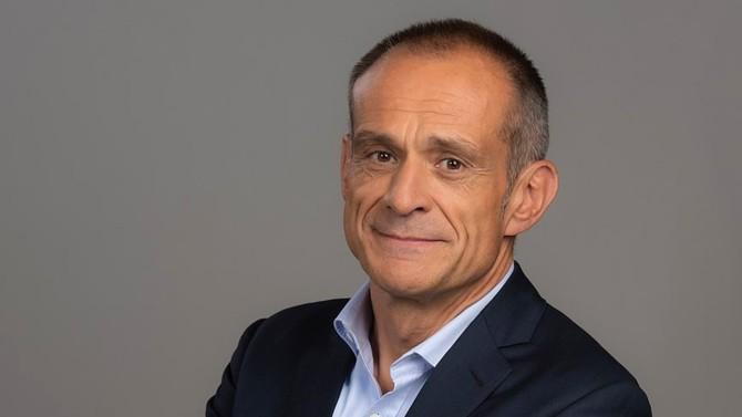 Critiqué pour avoir déserté la France pour Hongkong, le PDG de Schneider Electric pourrait bien représenter un exemple à suivre dans un monde de demain tout digital et électrique.