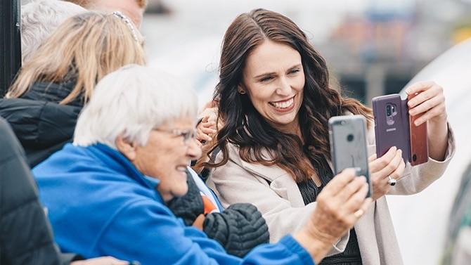 La jeune Première ministre de Nouvelle-Zélande s'est imposée sur la scène internationale et médiatique grâce à un leadership alliant charisme et simplicité. De quoi lui donner une légitimité mise au service de propositions politiques audacieuses.