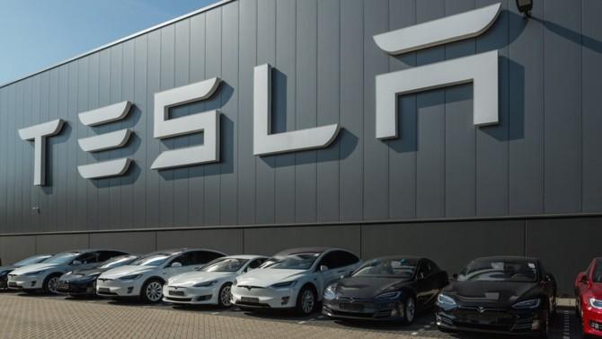 Malgré une production très limitée et des résultats qui peinent à entrer dans le vert, Tesla s'est imposé en quelques mois comme la première capitalisation boursière de l'automobile. Un engouement qui semble échapper à toute rationalité économique. Mais qui montre que l'avenir du secteur sera d'abord numérique.