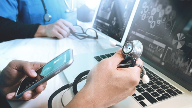 Dans un contexte de crise sanitaire mondiale, les soins de santé accélèrent leur digitalisation. Le secteur, porté par des start-up, approche en même temps de la maturité, sous l'impulsion des groupes de télémédecine, des grands assureurs et des Gafa.