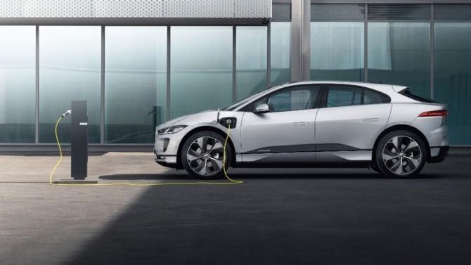 La marque britannique Jaguar commercialise une édition limitée à 100 exemplaires de son SUV électrique I-Pace en version EV320. Proposée avec 320 ch et une autonomie de 470 km, cette nouvelle variante de la Jaguar I-Pace 100 % électrique est disponible au tarif de 70 350 €.