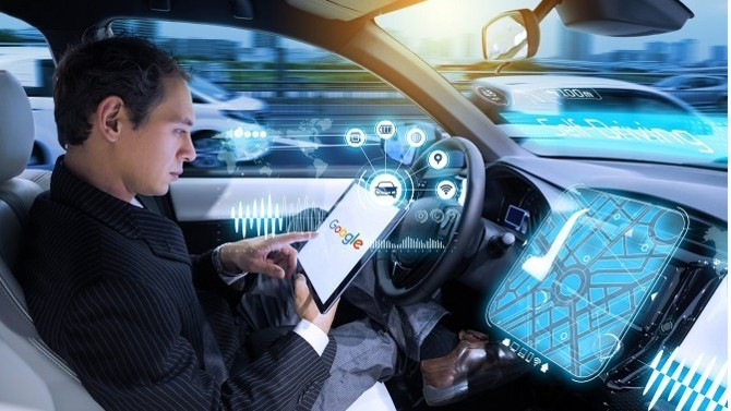 Ils lèvent le pied ! Alors que Waymo, la jeune branche robotique de Google se lance dans la course au véhicule autonome en ouvrant progressivement au public son service de VTC sans chauffeur, les grands groupes automobiles s'avèrent quant à eux plus frileux.