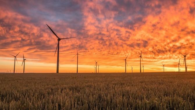 L'Agence internationale de l'énergie (IEA) a récemment sorti son World Energy Outlook 2020. Au crépuscule d'une crise sanitaire sans pitié, le secteur énergétique a été très durement touché, alors même que des changements cruciaux étaient à l'œuvre. L'IEA délivre son analyse et éprouve la solidité de l'architecture de la transition énergétique et de ses composants à travers divers scénarios. Décryptage du rapport.