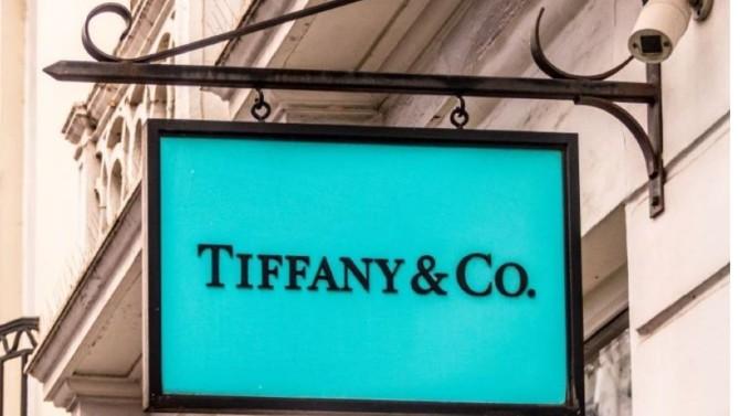 LVMH a annoncé ce jeudi 29 octobre avoir trouvé un accord révisant les termes du contrat de fusion avec le joailler Tiffany. La fin d'une année de débats sur fond de crise sanitaire.