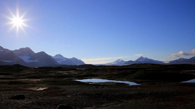 Gigantesque réservoir de gaz carbonique, les étendues glacées de Sibérie fondent, au point d'échapper progressivement à tout contrôle. Contenant assez de CO2, de méthane et de protoxyde d'azote pour influer significativement sur le climat, la fonte du permafrost n'a jamais été aussi préoccupante. Le projet Zimov vise à changer les choses.