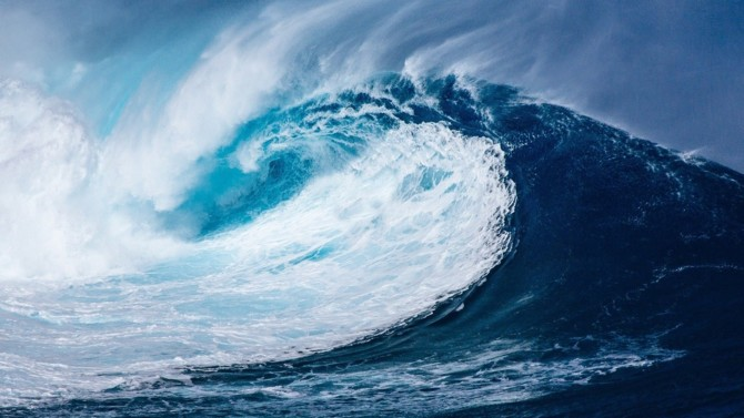 Dompter les flots pour répondre aux besoins en énergies croissants est une solution de plus en plus envisagée dans les stratégies énergétiques. Les océans, mers et leurs profondeurs, encore peu exploités à des fins de production de chaleur ou d'électricité, pourraient bien renfermer un potentiel important. Analyse des avantages et inconvénients des énergies maritimes.