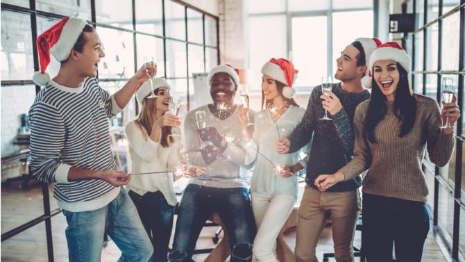 Les fêtes de fin d'année ne sont pas nécessairement réservées à la sphère familiale : de nombreuses entreprises décident d'organiser un arbre de Noël pour leurs salariés. Mais comment bien organiser le vôtre tout en tenant compte des contraintes sanitaires ?