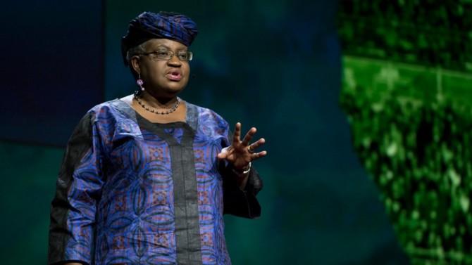 """Nommée à la direction générale de l'Organisation mondiale du commerce, cette Nigériane déroule une grande partie de sa carrière à la Banque mondiale avant de gérer les finances de son pays d'origine. Retour sur le parcours d'une """"brillante réformatrice"""" qui a brisé, à plusieurs reprises, le plafond de verre auquel les femmes se heurtent encore."""