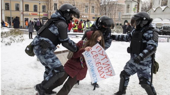 Les cortèges de ce début d'année 2021 auraient pu ébranler le régime russe. Il n'en a rien été. Le pouvoir a noyé dans l'œuf la contestation en maniant carotte et bâton. Le message envoyé au peuple est limpide : circulez, il n'y a rien à voir.