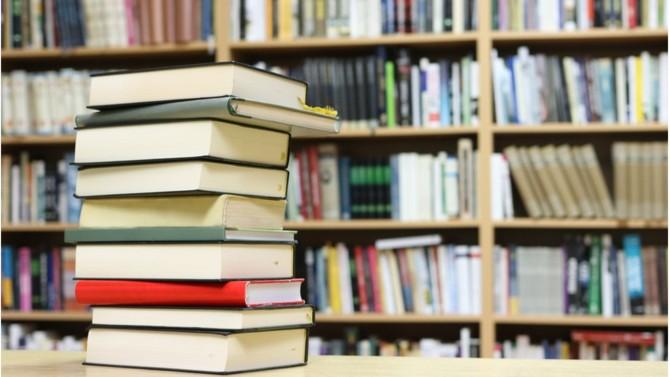 BD, romans, sociologie : voici quatre livres incontournables à découvrir en profitant de l'arrivée des beaux jours.