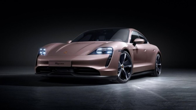 """Ce mois-ci, nous avons testé le dernier-né des modèles sportifs électriques signé Porsche. Plus qu'une """"simple"""" entrée de gamme, le Taycan n'a vraiment rien à envier à ses aînés."""