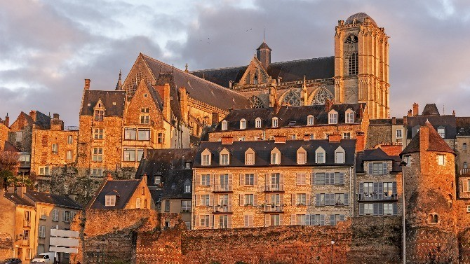 Bordés par le golfe de Gascogne,les Pays de la Loire s'étendent surune superficie de 32 082 km² etse composent de cinq départements.