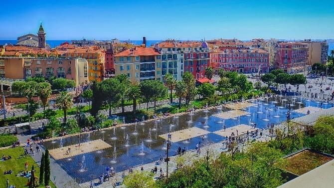 Ouverte sur la mer méditerranée,la région Provence-Alpes-Côted'Azur (PACA) se compose desix départements et s'étend surune superficie de 31 400 km².