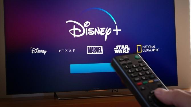 En quelques mois, allant de pair avec l'accroissement du temps passé à domicile, les plateformes de streaming ont vu le nombre de souscriptions exploser. Désormais plusieurs sur le marché, ces géants du divertissement se disputent les contenus les plus alléchants et inquiètent les chaînes de télévision.