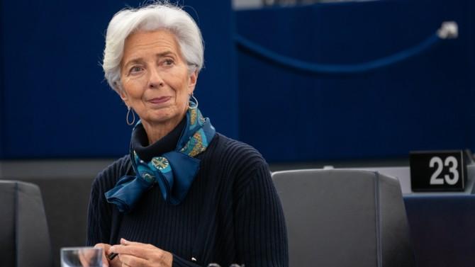 La Banque centrale européenne a rendu publique sa nouvelle stratégie de politique monétaire le 8 juillet 2021, fruit d'une évaluation profonde entamée dix-huit mois auparavant. Réitérant son mandat d'assurer la stabilité des prix, le Conseil des gouverneurs de la BCE a ainsi dévoilé son objectif d'inflation et un plan d'action visant à combattre le changement climatique.
